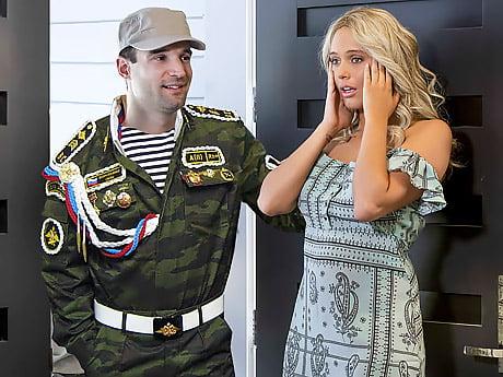 Kocasının Asker Arkadaşını Amında Karşıladı